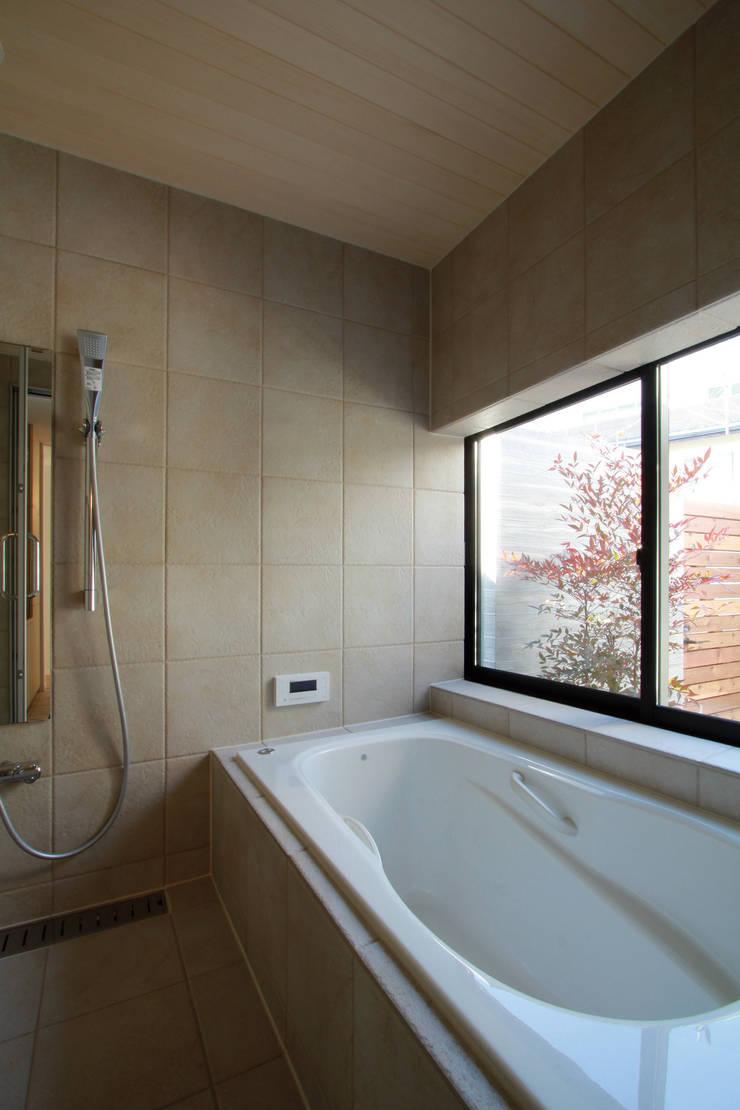 若林M邸: 遠藤誠建築設計事務所(MAKOTO ENDO ARCHITECTS)が手掛けた浴室です。,モダン