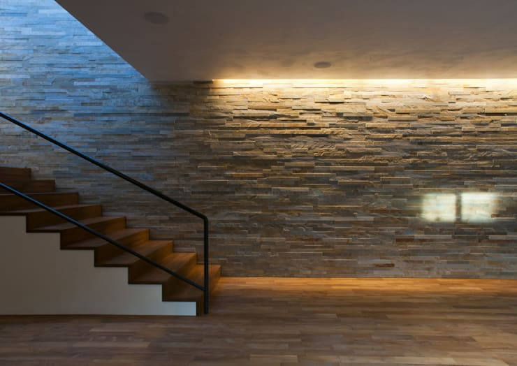 深沢S邸: 遠藤誠建築設計事務所(MAKOTO ENDO ARCHITECTS)が手掛けたリビングです。