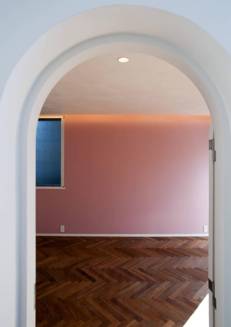 深沢S邸: 遠藤誠建築設計事務所(MAKOTO ENDO ARCHITECTS)が手掛けた寝室です。