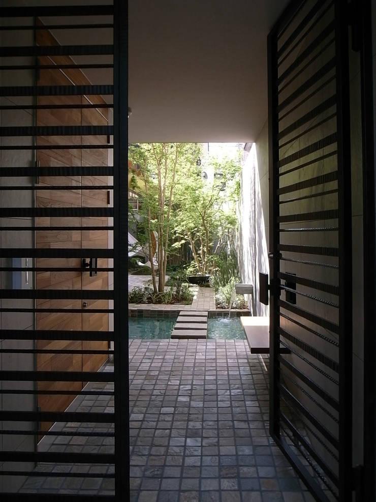 深沢S邸: 遠藤誠建築設計事務所(MAKOTO ENDO ARCHITECTS)が手掛けた廊下 & 玄関です。