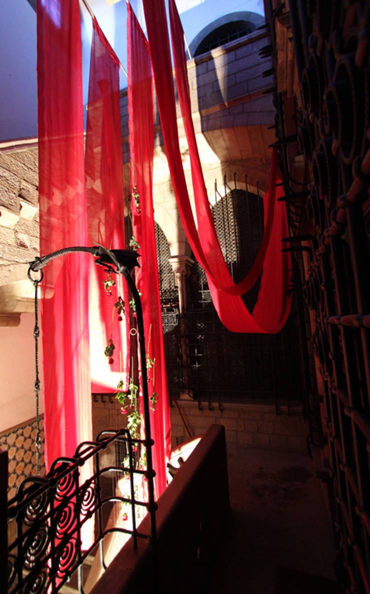 MONTAJE EFÍMERO <q>GIRONA TEMPS DE FLORS</q> : Ferias de estilo  de Lara Pujol     Interiorismo & Proyectos de diseño
