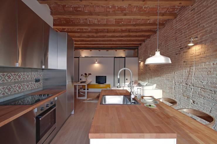 ÀTICO EN GRACIA : Comedores de estilo mediterráneo de Lara Pujol  |  Interiorismo & Proyectos de diseño
