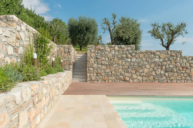 Realizzazione piscina: Piscina in stile in stile Mediterraneo di Vesperini Della Noce designers