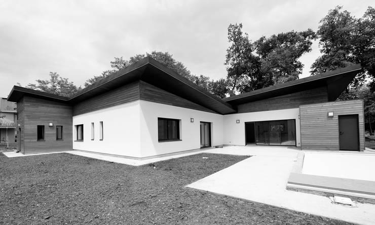 Vue extérieure:  de style  par SAS d'Architecture Thierry BOUTIN