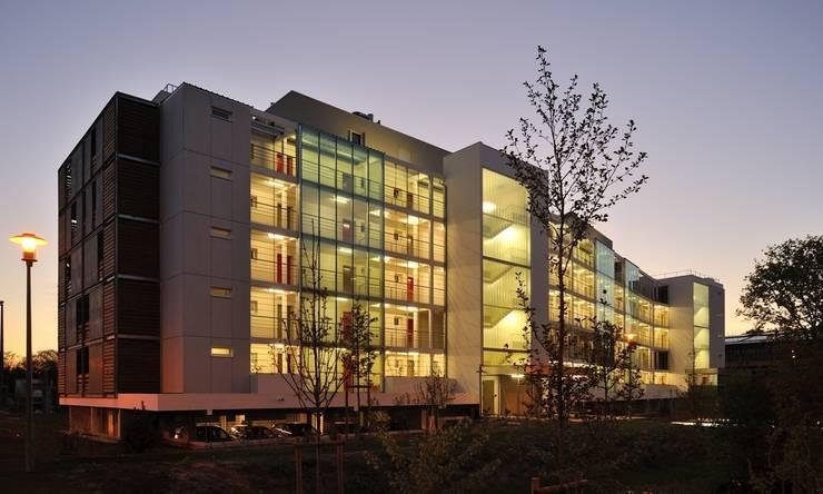 Vue de nuit:  de style  par SAS d'Architecture Thierry BOUTIN