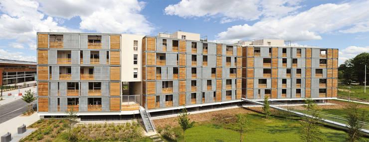 Vue générale depuis la noue paysagée:  de style  par SAS d'Architecture Thierry BOUTIN