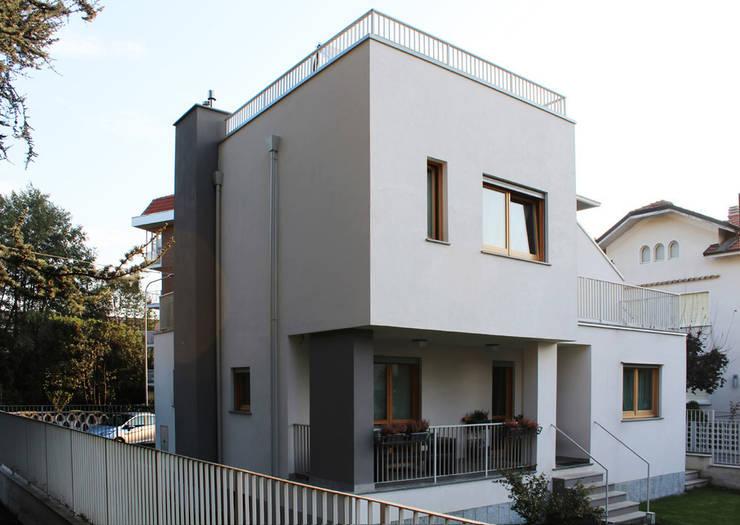 CIRIE' HOUSE:  in stile  di Studio 06, Moderno