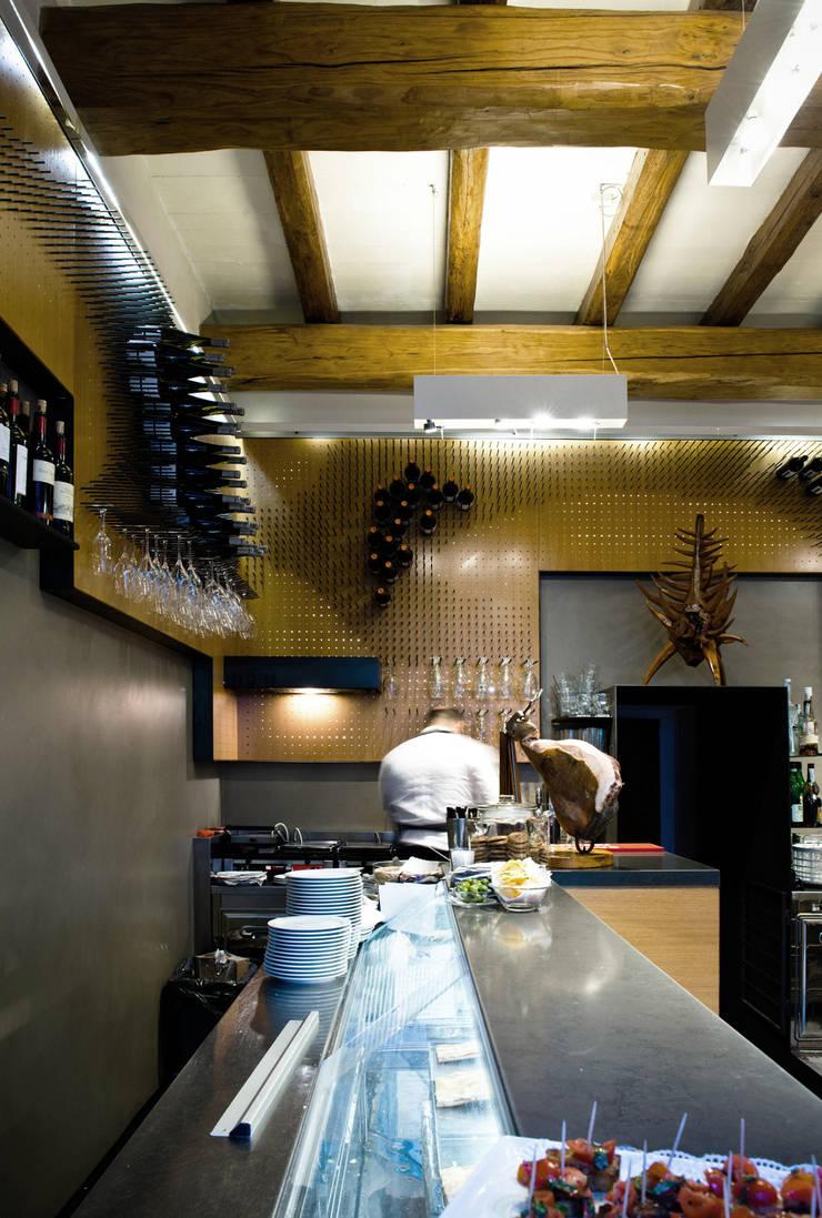 Bar Teichner C: Negozi & Locali commerciali in stile  di Anomia Studio