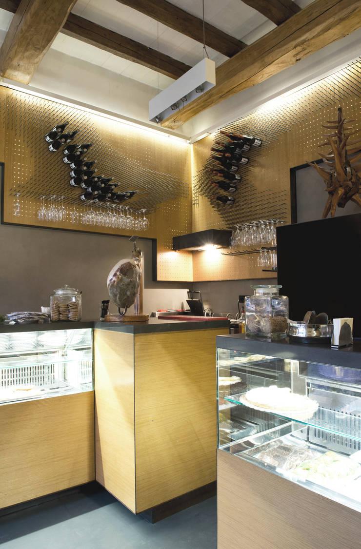 Bar Teichner B: Negozi & Locali commerciali in stile  di Anomia Studio