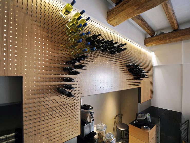 La parete attrezzata: Negozi & Locali Commerciali in stile  di Anomia Studio