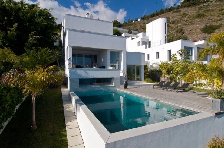 Casa Geniol - Punta de la Mona: Piscinas de estilo moderno de SH asociados - arquitectura y diseño