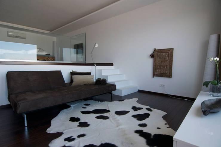 Casa Geniol - Punta de la Mona: Dormitorios de estilo moderno de SH asociados - arquitectura y diseño