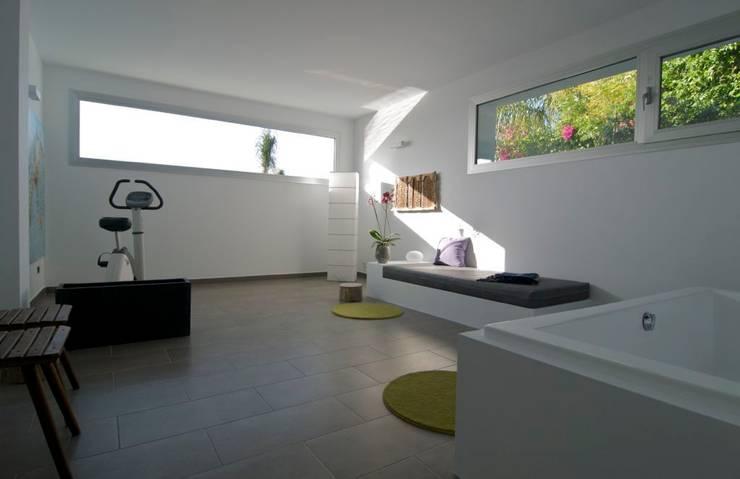Gimnasio - spa del semisótano: Gimnasios domésticos de estilo moderno de SH asociados - arquitectura y diseño