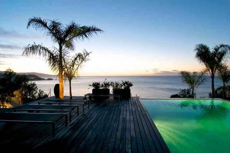 Terraza piscina - vista nocturna: Piscinas de estilo  de SH asociados - arquitectura y diseño