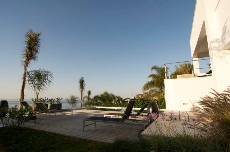 Terraza piscina: Piscinas de estilo  de SH asociados - arquitectura y diseño