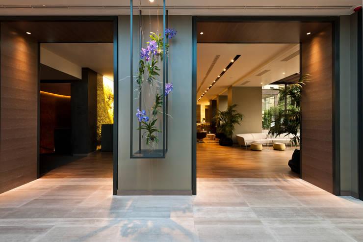 Lobby: Negozi & Locali Commerciali in stile  di Andrea Auletta Interior Design