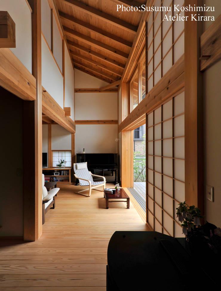 足利の家「素材と景色を楽しむ家」: アトリエきらら一級建築士事務所が手掛けたリビングです。