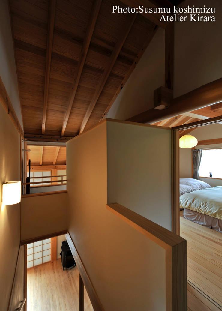 足利の家「素材と景色を楽しむ家」: アトリエきらら一級建築士事務所が手掛けた寝室です。
