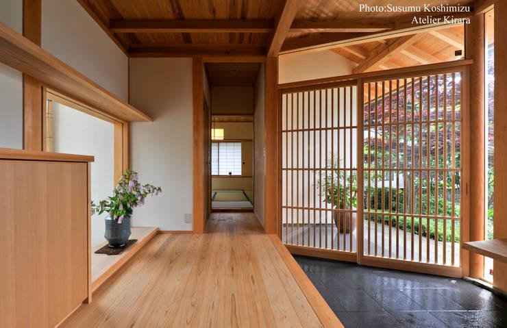Projekty,  Korytarz, przedpokój zaprojektowane przez アトリエきらら一級建築士事務所