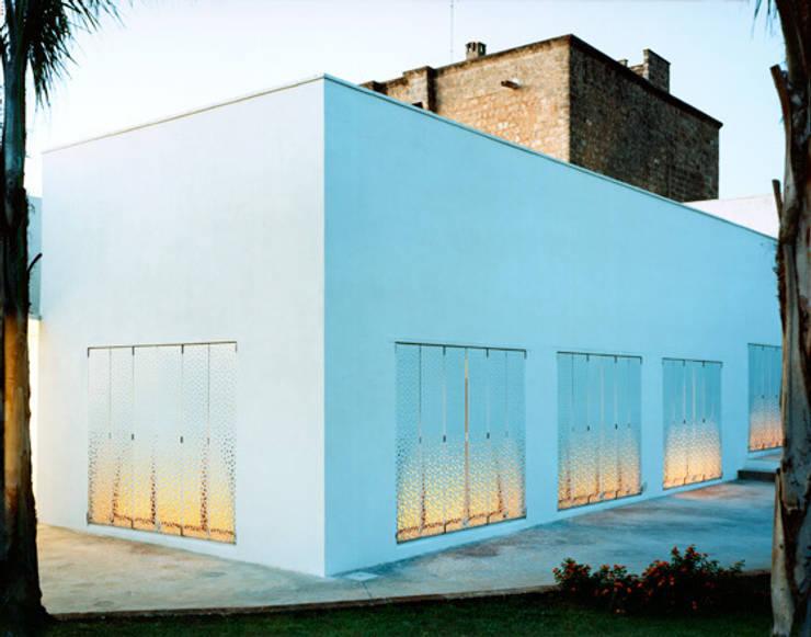 ESTERNO: Finestre in stile  di Peter Pichler Architecture,