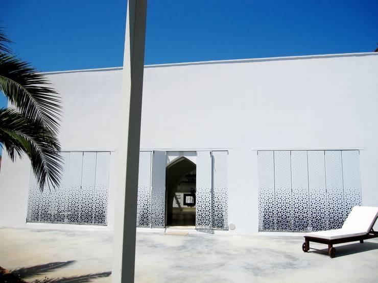 ESTERNO: Ingresso & Corridoio in stile  di Peter Pichler Architecture,