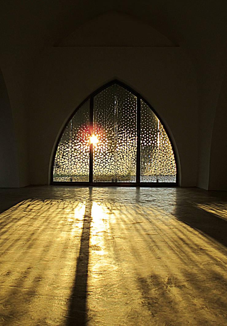 INGRESSO: Ingresso & Corridoio in stile  di Peter Pichler Architecture,