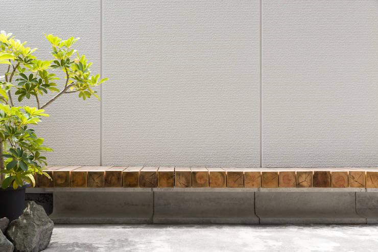 float|座面を宙に浮かせた屋外ベンチ: 一級建築士事務所 SAKAKI Atelierが手掛けたバルコニー&ベランダ&テラスです。