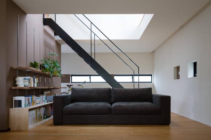 リビングソファ: 一級建築士事務所 SAKAKI Atelierが手掛けたリビングです。,