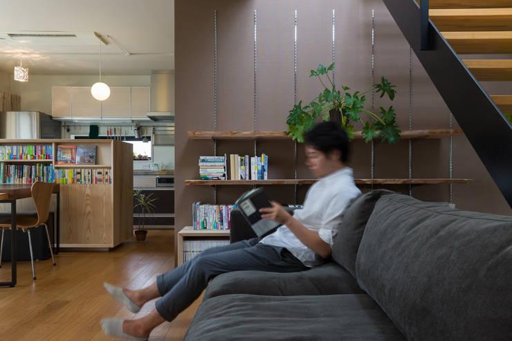 リビング: 一級建築士事務所 SAKAKI Atelierが手掛けたリビングです。,