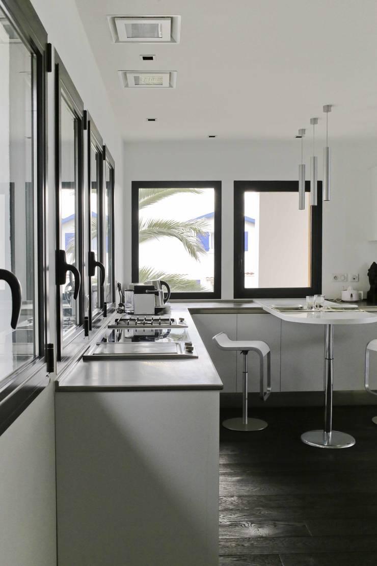 Réhabilitation et extension à Bidart: Cuisine de style  par Atelier d'Architecture Christophe Létot