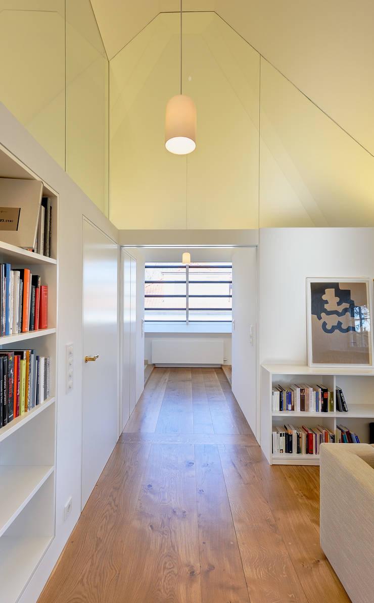Dachausbau und Sanierung einer Villa in Berlin :  Flur & Diele von Möhring Architekten,Modern