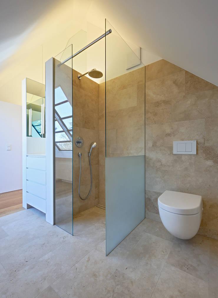 Dachausbau und Sanierung einer Villa in Berlin :  Badezimmer von Möhring Architekten,Modern