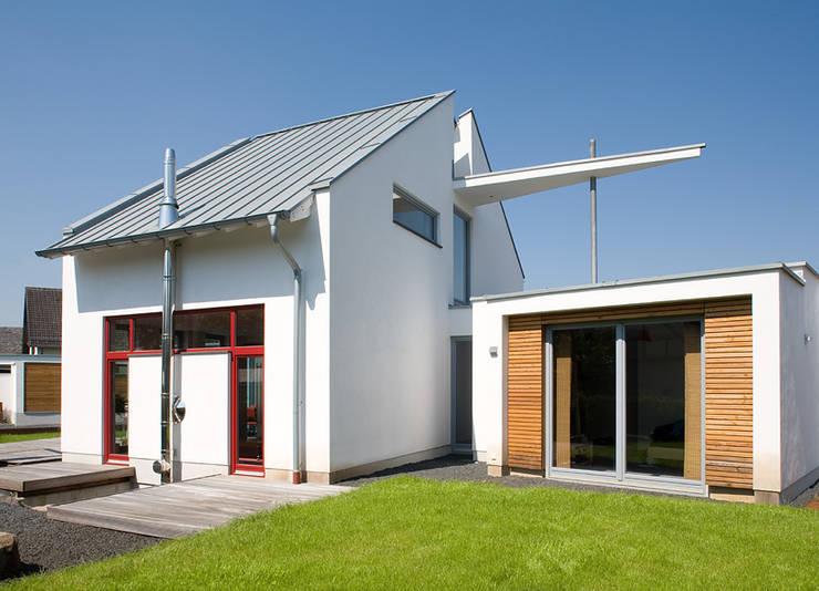 Blick auf das Haupthaus & das Einliegerhaus:  Häuser von aaw Architektenbüro Arno Weirich
