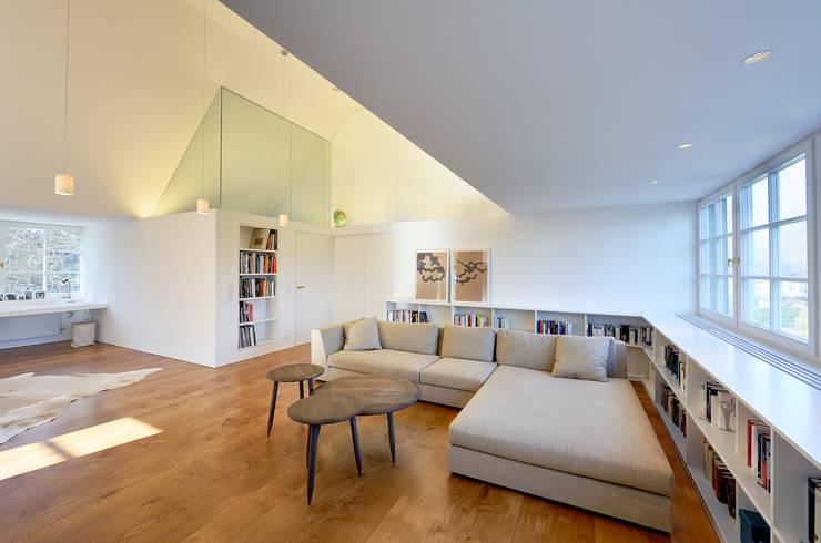Dachausbau und Sanierung einer Villa in Berlin : moderne Wohnzimmer von Möhring Architekten