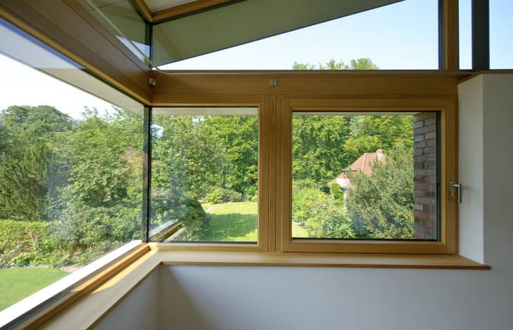Einfamilienhaus mit schwebendem Dach und Veranda in Bremen:  Fenster von Möhring Architekten