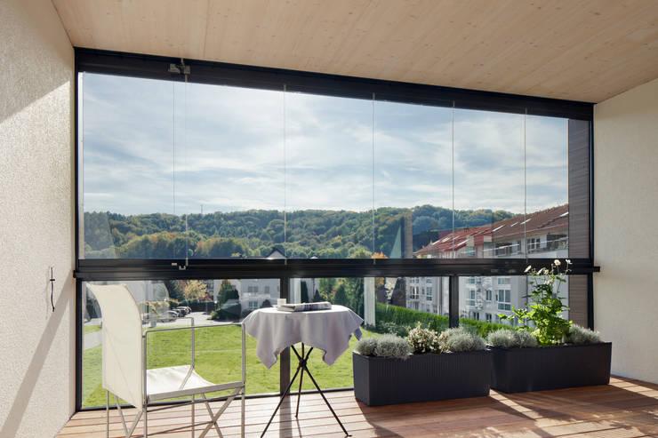 Blick aus einer der verglasten Loggien:  Terrasse von aaw Architektenbüro Arno Weirich