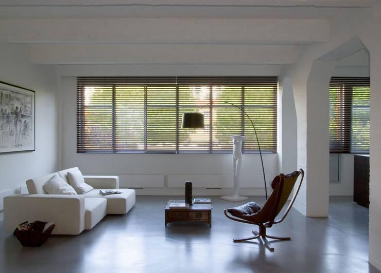 Loft 19 - Aménagement d'un plateau à PARIS XIX: Salon de style de style Minimaliste par Agence d'architecture Odile Veillon / ARCHI-V.O