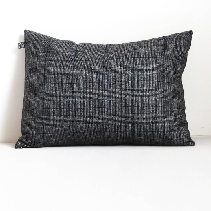Coussin en laine: Salon de style  par Miaow Design