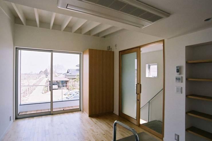 ゲストルーム: 家山真建築研究室 Makoto Ieyama Architect Officeが手掛けたリビングです。,オリジナル