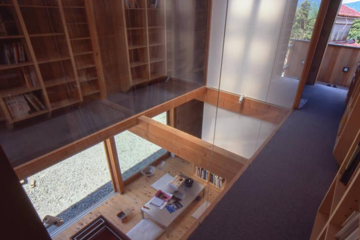 ガラス作家のアトリエ|明快な構造体と限定された開口部による光の小空間: 家山真建築研究室 Makoto Ieyama Architect Officeが手掛けた家です。