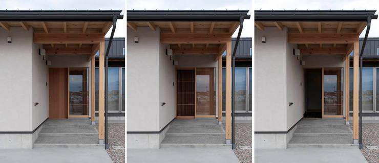 玄関ポーチ: 家山真建築研究室 Makoto Ieyama Architect Officeが手掛けた家です。