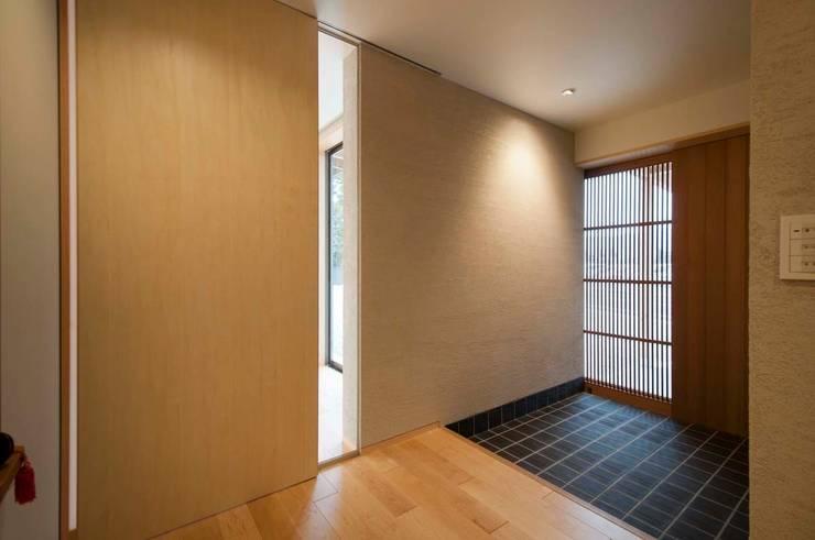 玄関: 家山真建築研究室 Makoto Ieyama Architect Officeが手掛けた家です。