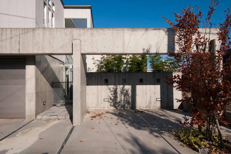 前庭(駐車スペース): 家山真建築研究室 Makoto Ieyama Architect Officeが手掛けた家です。
