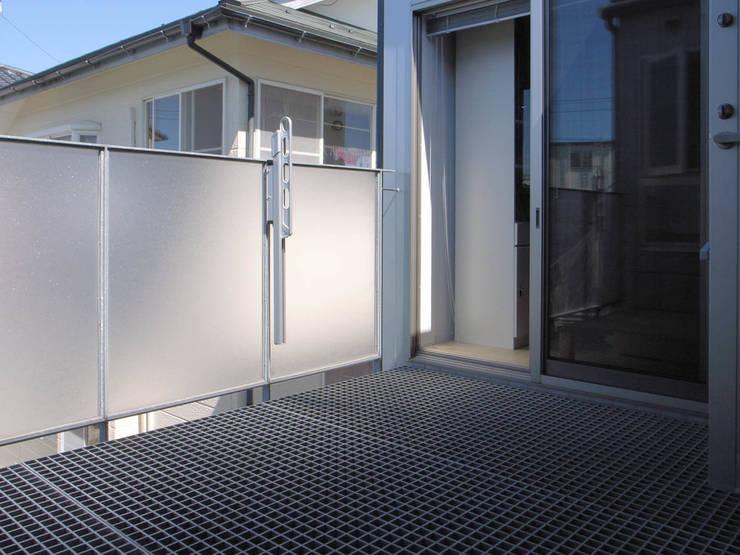 サービスバルコニー: 家山真建築研究室 Makoto Ieyama Architect Officeが手掛けたテラス・ベランダです。