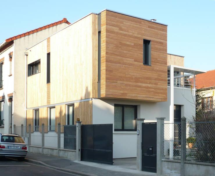 MAISON DE VILLE - Surélévation et extension en bois - près de PARIS: Maisons de style  par Agence d'architecture Odile Veillon / ARCHI-V.O