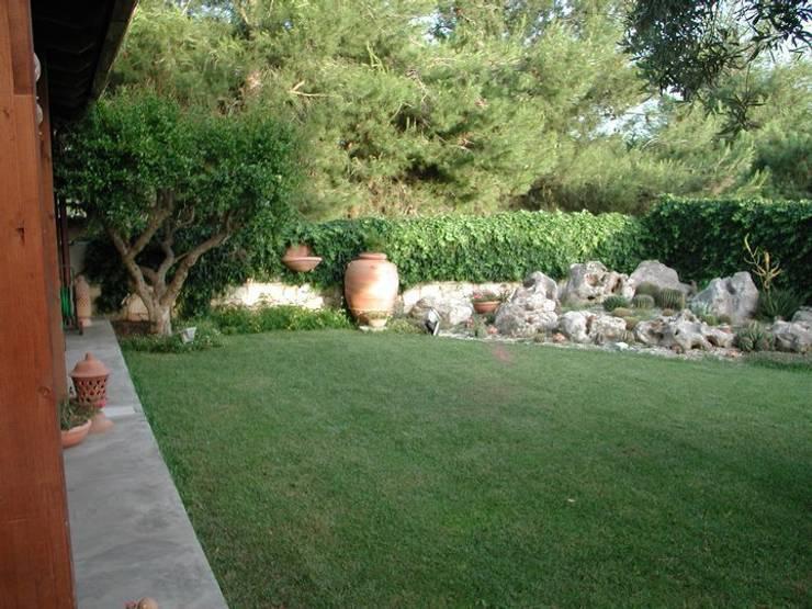 PICCOLI SPAZI: Giardino in stile  di  MELLOGIARDINI EXTERIOR DESIGNERS