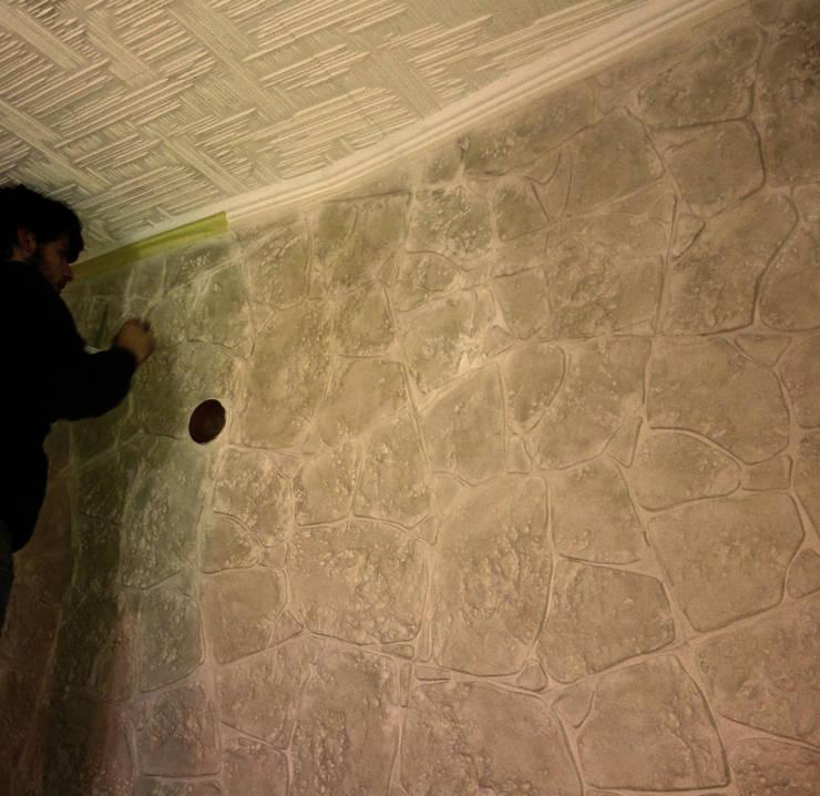 Rivestimento in pietra per parete di sfondo di stufa a pellet: Pareti & Pavimenti in stile  di Pavimento Moderno