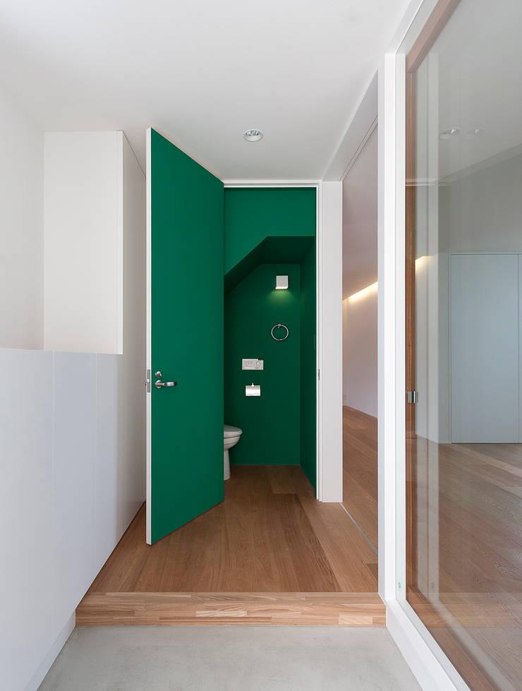 川と緑を眺めるシンプル住宅 モダンな 家 の ラブデザインホームズ/LOVE DESIGN HOMES モダン