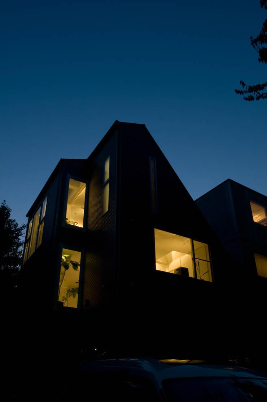 南東側外観夜景: 余田正徳/株式会社YODAアーキテクツが手掛けた家です。,モダン