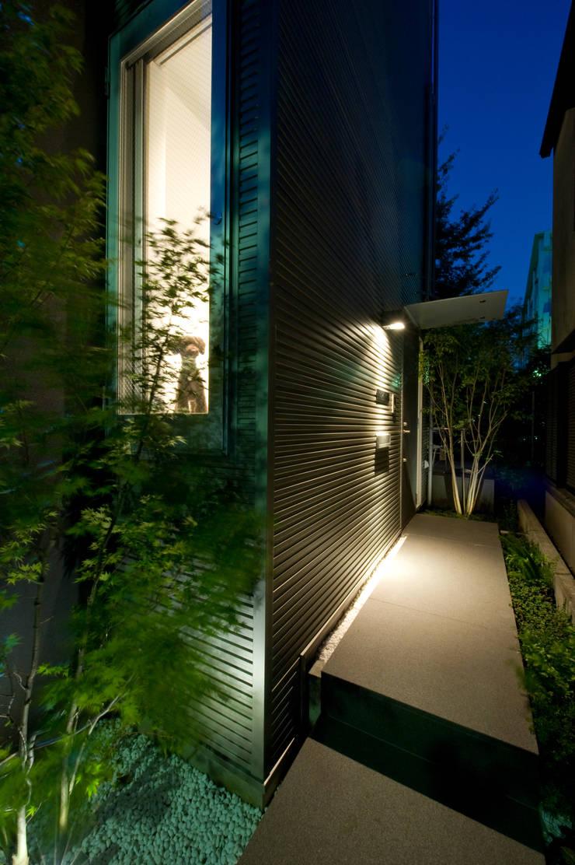 アプローチ夜景: 余田正徳/株式会社YODAアーキテクツが手掛けた庭です。,モダン